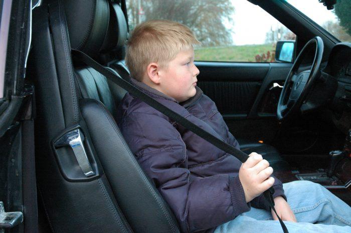 kind-140-e1567011956192 Categorie E Gebruik gordels en helmen; zitplaats voor passagiers