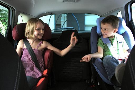 2-kinderen-op-achterbank Categorie E Gebruik gordels en helmen; zitplaats voor passagiers