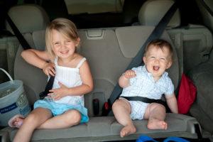 2-kinderen-zonder-kinderzitje-300x200 Categorie E Gebruik gordels en helmen; zitplaats voor passagiers deel 2