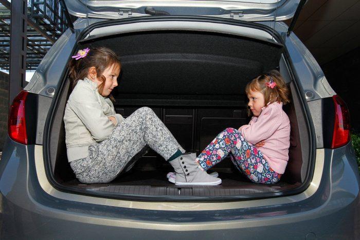 geen-gordels-in-kofferbak-e1567126039410 Categorie E Gebruik gordels en helmen; zitplaats voor passagiers