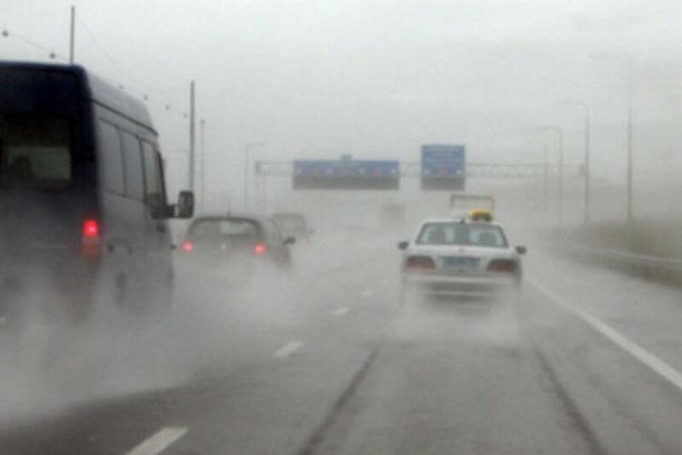 rijden-in-regen-e1534647142355 Categorie K Risico's in verband met weg-, zicht- en weersomstandigheden
